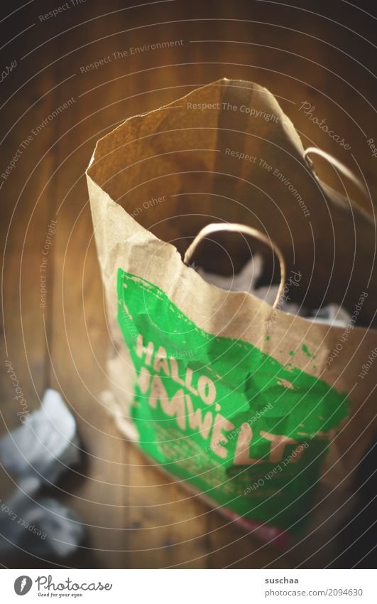 hallo müll papier papierkorb papiertüte einkaufen wegwerfen papiermüll haushalt einkaufstüte umwelt umweltbewusstsein holzboden