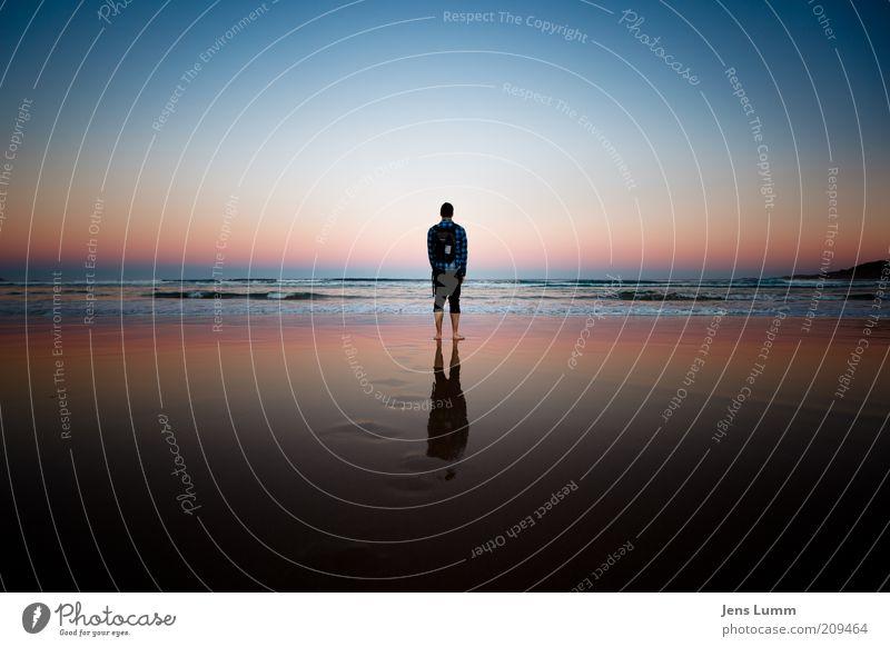 Back Home Mensch Himmel blau rot Ferien & Urlaub & Reisen Meer Strand ruhig Erwachsene Ferne Erholung Freiheit Glück Stimmung Zufriedenheit maskulin
