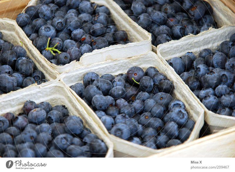 Blau blau blau sind alle meine Beeren Lebensmittel Frucht Ernährung Bioprodukte Vegetarische Ernährung klein lecker saftig süß Blaubeeren Wochenmarkt Farbfoto
