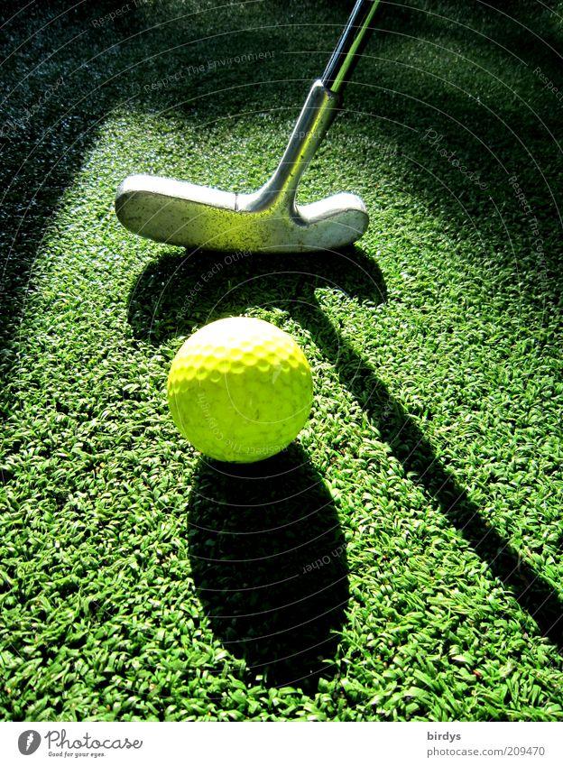 Golf 2 Freizeit & Hobby Spielen Minigolf Golfplatz Sport gelb grün schwarz ästhetisch Konzentration Golfball Golfschläger Lichtspiel Schatten Sportrasen Ball