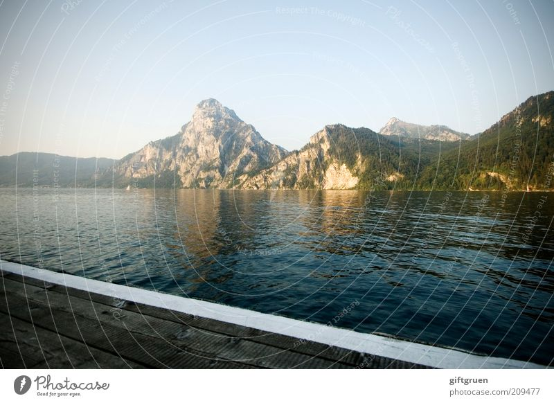 abend Umwelt Natur Landschaft Wasser Himmel Wolkenloser Himmel Sonnenlicht Sommer Schönes Wetter Hügel Berge u. Gebirge Gipfel Seeufer Steg Traunsee