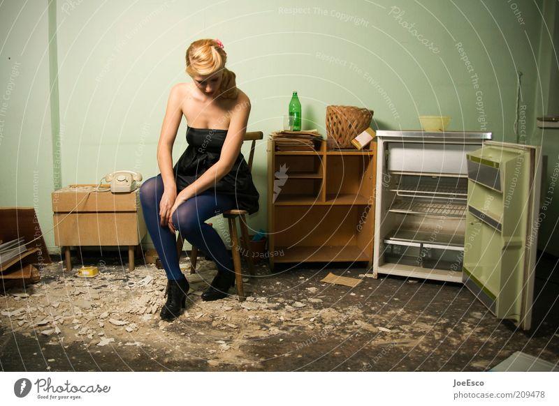 eigentlich wollte ich gerade loslegen... Frau schön Erwachsene Einsamkeit Leben Gefühle Traurigkeit träumen blond Wohnung sitzen dreckig Innenarchitektur leer kaputt Lifestyle
