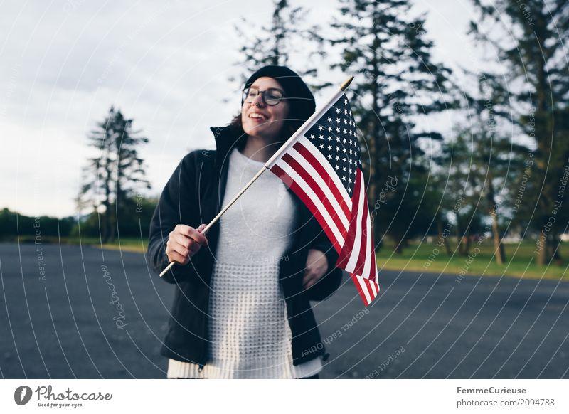 Roadtrip West Coast USA (91) feminin Junge Frau Jugendliche Erwachsene Mensch 18-30 Jahre 30-45 Jahre Abenteuer Ferien & Urlaub & Reisen Fahne Westküste Tanne