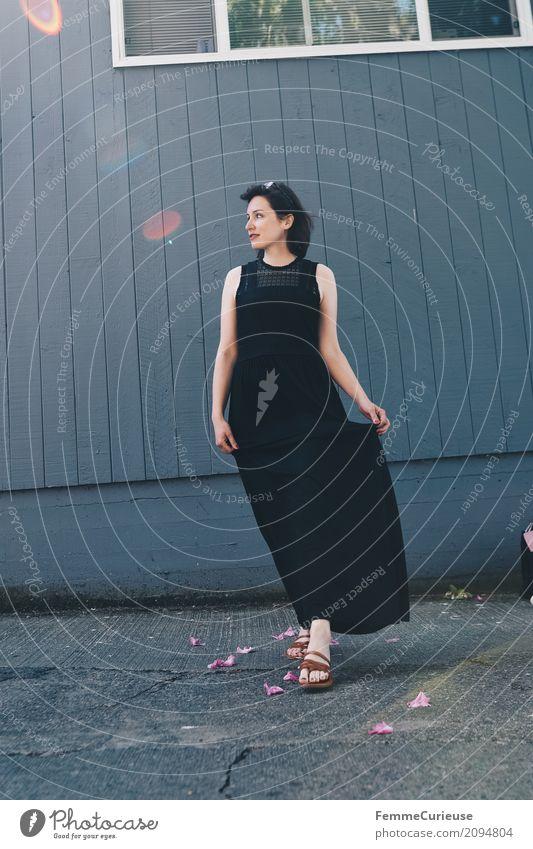 Roadtrip West Coast USA (99) feminin Junge Frau Jugendliche Erwachsene 1 Mensch 18-30 Jahre 30-45 Jahre schön Mode Kleid schwarz lang Dame elegant Sandale