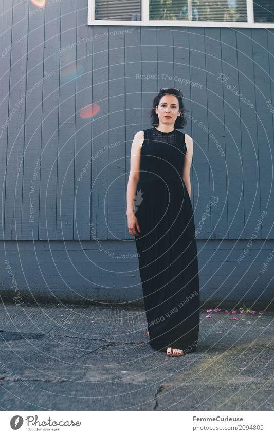 Roadtrip West Coast USA (101) Mensch Frau Jugendliche Junge Frau Sommer schön 18-30 Jahre schwarz Erwachsene feminin Mode Fassade elegant Körperhaltung Kleid