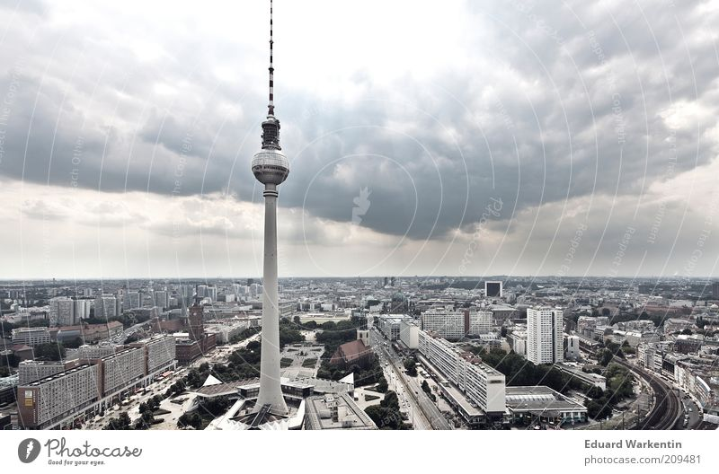 Himmel über Fernsehturm Hauptstadt Stadtzentrum Skyline überbevölkert Haus Turm Bauwerk Gebäude Architektur Sehenswürdigkeit Wahrzeichen Berlin Wolken groß