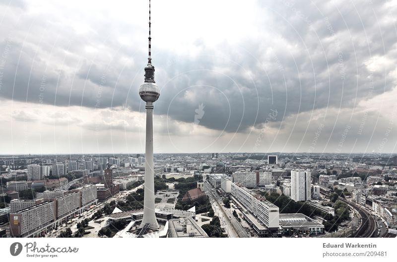 Himmel über Fernsehturm Himmel Stadt Wolken Haus Architektur Gebäude Berlin groß Turm Bauwerk Skyline Wahrzeichen Stadtzentrum Sehenswürdigkeit Hauptstadt Berlin-Mitte