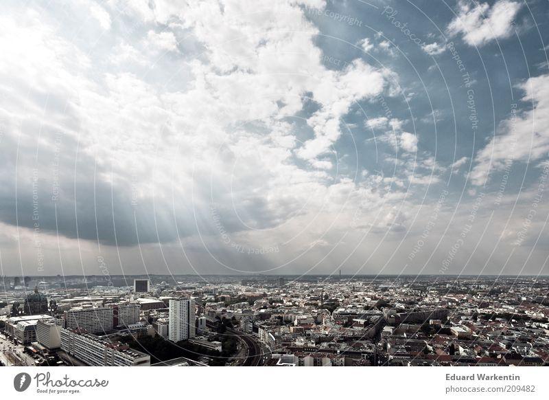 Himmel über Berlin Stadt Wolken Architektur Gebäude Hochhaus groß Bauwerk Hauptstadt Berlin-Mitte Lichtstrahl Überblick überbevölkert