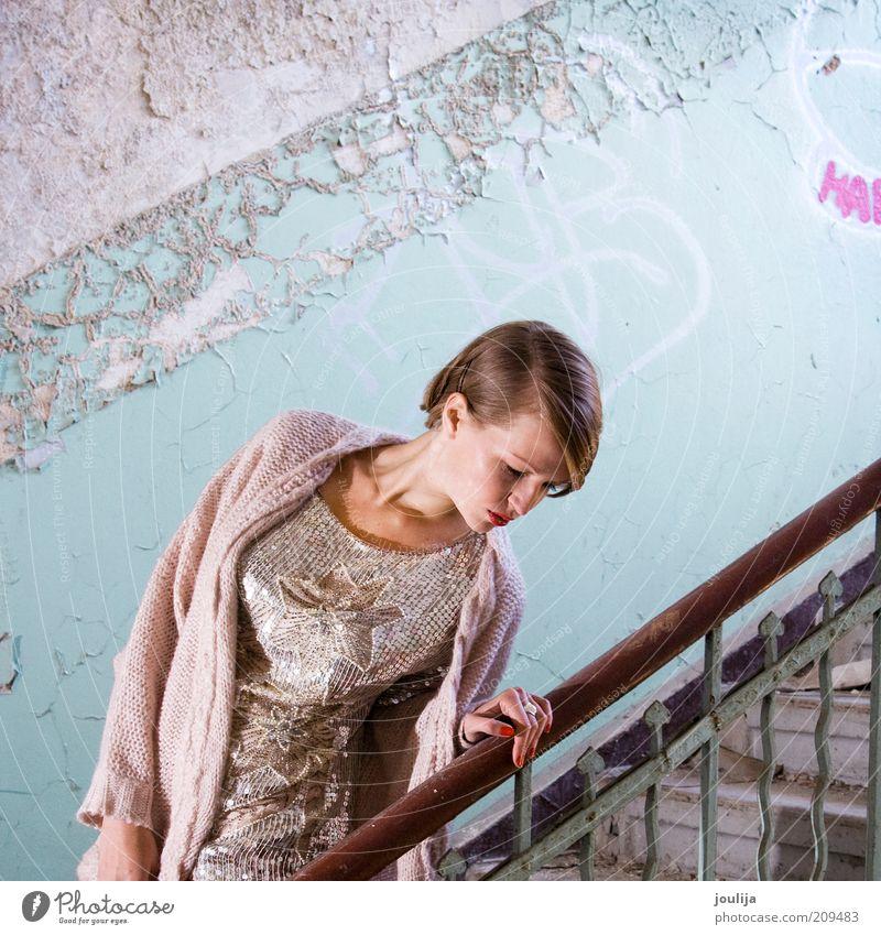 girl on stairs Lifestyle elegant Stil Mensch feminin Junge Frau Jugendliche Kopf 1 18-30 Jahre Erwachsene Mode Bekleidung blond schön Model Gebäude schäbig
