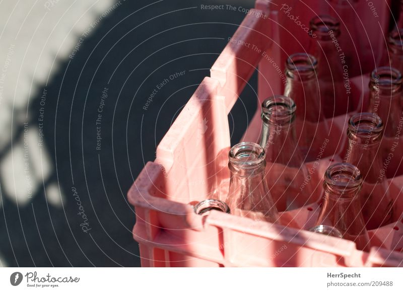 Durscht Getränk Verpackung Kasten grau rosa schwarz leer Pfandflasche Mineralwasserflasche Getränkekiste Durst geleert Farbfoto Gedeckte Farben Außenaufnahme