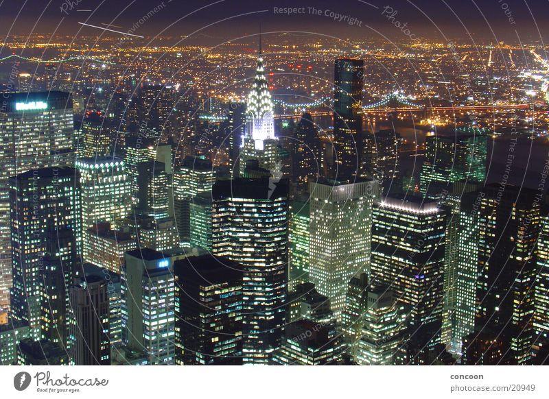 Chrysler Building Beleuchtung Architektur Hochhaus USA Aussicht Skyline erleuchten New York City beeindruckend Nachtaufnahme Überblick Städtereise Urbanisierung