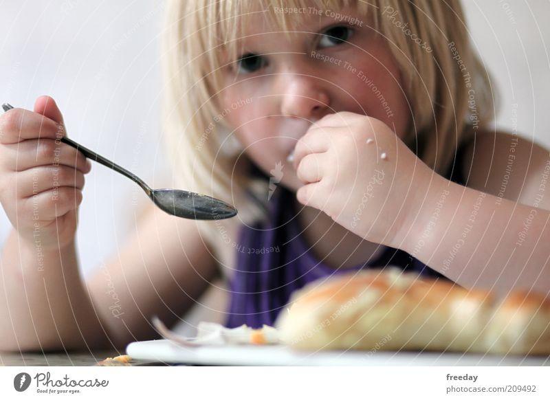 Löffel? Wozu? Lebensmittel Frühstück Fingerfood Geschirr Kind Mädchen Kindheit Haut Kopf Gesicht Mund Hand 1-3 Jahre Kleinkind 3-8 Jahre Haare & Frisuren Essen