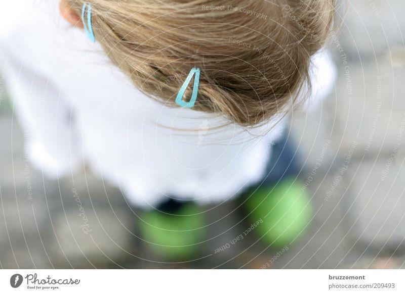 shoegazing Mensch Kind blau grün Mädchen Gefühle Kopf Haare & Frisuren Traurigkeit Denken träumen Fuß Kindheit blond stehen trist
