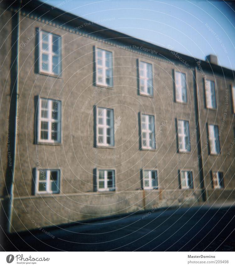 79 Menschenleer Haus Mauer Wand Fassade Fenster Dach Dachrinne grau Farbfoto Außenaufnahme Lomografie Holga Textfreiraum oben Textfreiraum unten Tag Licht