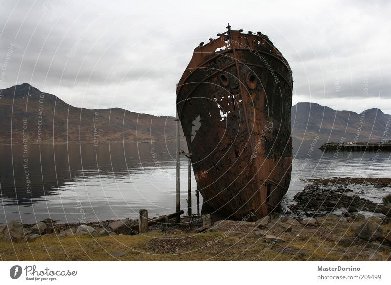 Djúpavík Himmel Natur Wasser alt Wolken dunkel Umwelt Freiheit Berge u. Gebirge Landschaft Küste Metall dreckig kaputt bedrohlich Bucht