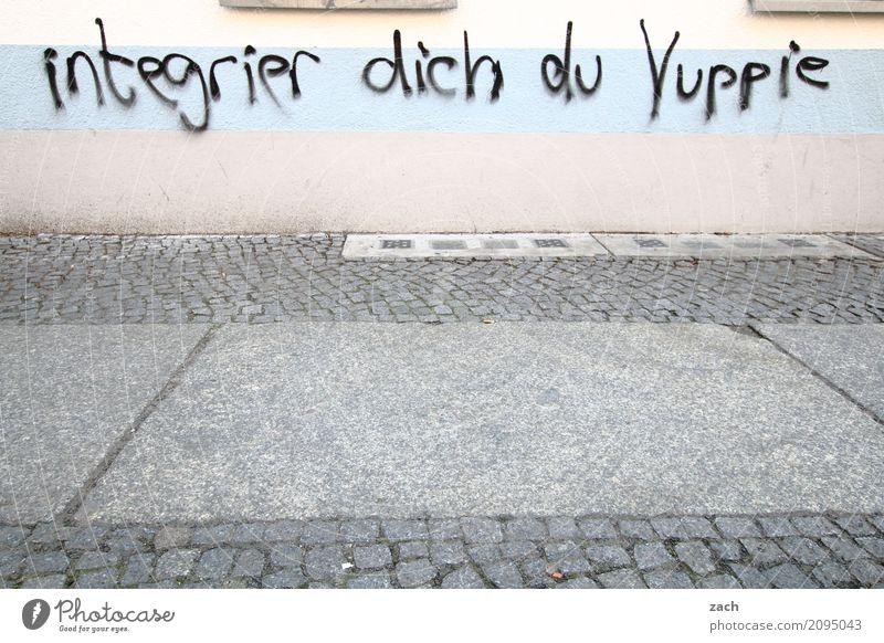 Integration Stadt Haus Straße Wand Graffiti Wege & Pfade Berlin Mauer grau Fassade Häusliches Leben Schriftzeichen Zeichen Hauptstadt Stadtzentrum Wut