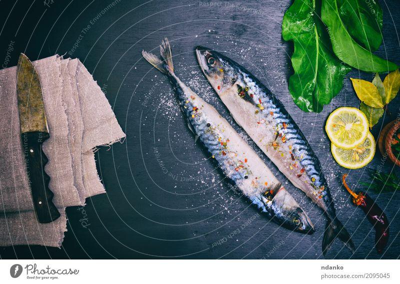 Zwei Makrelen in Gewürzen Meeresfrüchte Kräuter & Gewürze Ernährung Mittagessen Abendessen Diät Messer Tisch Küche Restaurant Gastronomie Tier Holz dunkel