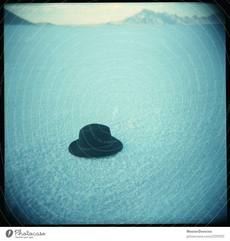 Hut ab! Ferne Freiheit Landschaft Berge u. Gebirge Wüste Salzwüste Mode Accessoire außergewöhnlich Unendlichkeit blau schwarz Einsamkeit einzigartig