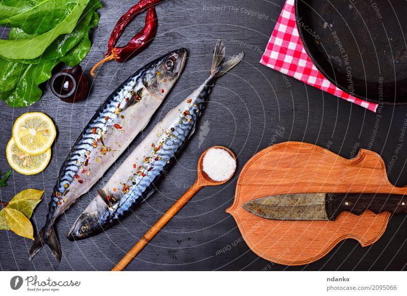 Frischer Makrelenfisch mit Gewürz Natur grün Meer Tier schwarz natürlich Holz Ernährung frisch Tisch Kräuter & Gewürze Gastronomie Restaurant Abendessen