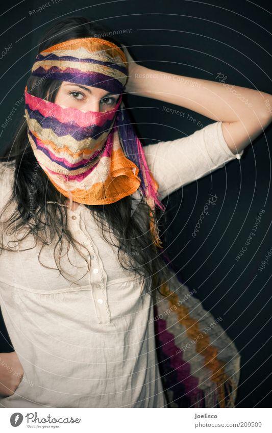 #209509 Lifestyle Spielen Flirten Mensch Frau Erwachsene Leben 1 Veranstaltung Show Mode Schal brünett langhaarig beobachten Coolness einzigartig schön
