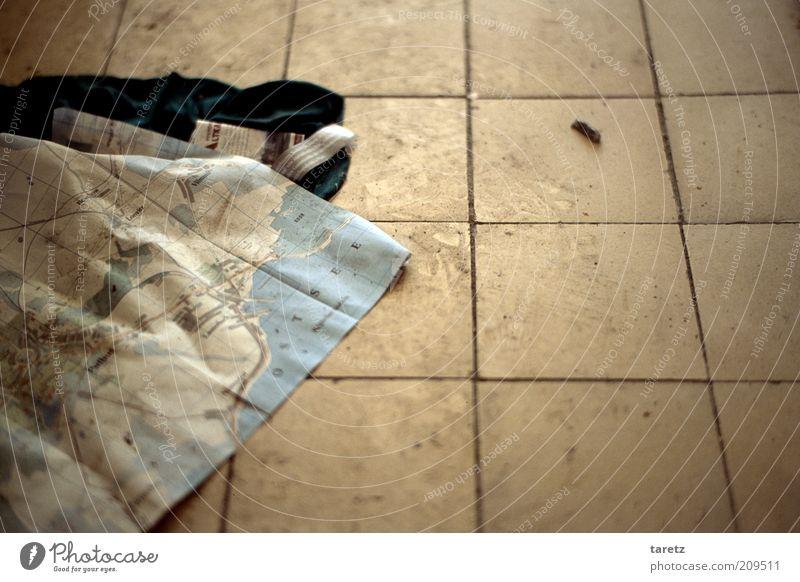 Verlaufen? dreckig Suche Ecke authentisch Bodenbelag Müll geheimnisvoll Fliesen u. Kacheln entdecken trashig Landkarte Rest Hinweis Orientierung Fundstück resignierend