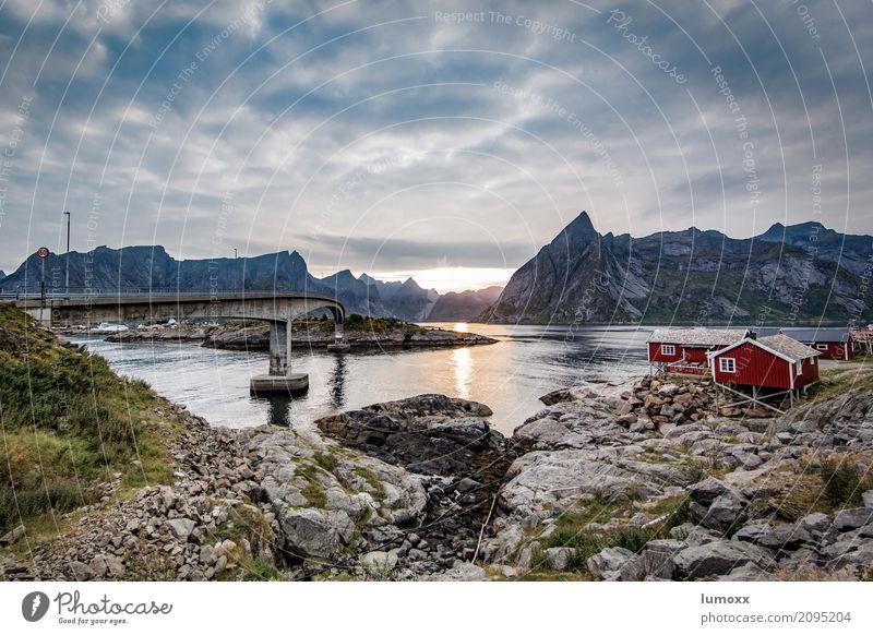 sunset in hamnöy blau Sommer Landschaft Meer rot Wolken Berge u. Gebirge grau Felsen Brücke Gipfel Hütte Skandinavien Fjord Lofoten Fischerhütte