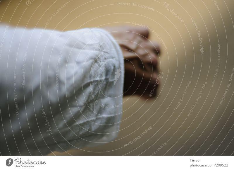 ausgestreckter Ärmel und faltige Hand Arme Hemd weiß Trauer Sehnsucht Glaube Religion & Glaube Tod Leichenhemd Hoffnung Jesus Christus Falte herzbewegend