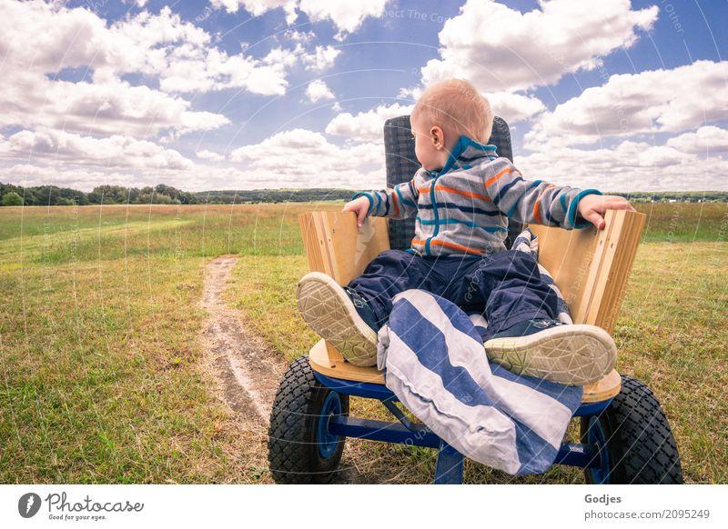 Kleinkind sitzt im Bollerwagen allein auf einem Feld | Emotion Mensch Himmel Ferien & Urlaub & Reisen Natur Wolken Wald Frühling Wiese wandern Horizont maskulin