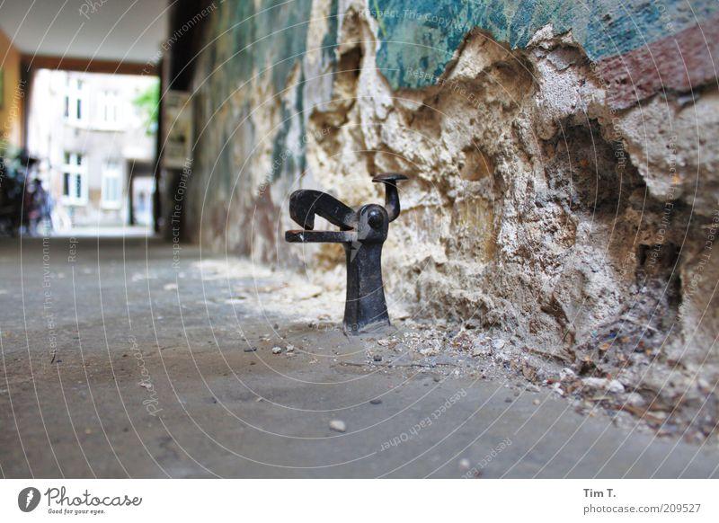 Schnapper Stadt Haus Wand Wege & Pfade Gebäude Mauer Stein Metall Vergänglichkeit kaputt Vergangenheit Verfall Altstadt Hinterhof Durchgang Prenzlauer Berg