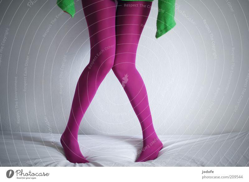 schüchtern feminin Junge Frau Jugendliche Erwachsene Beine 1 Mensch 18-30 Jahre grün rosa Strumpfhose knallig grasgrün Schüchternheit pulloverärmel stehen