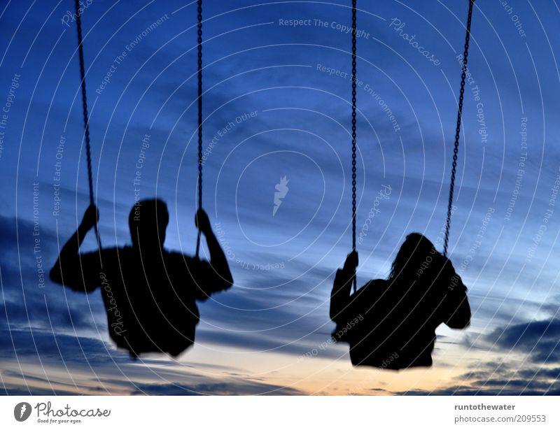 Freiflug Mensch Himmel Freude Sommer dunkel Spielen Bewegung Freundschaft Zufriedenheit Zusammensein fliegen frei Fröhlichkeit Team Lebensfreude