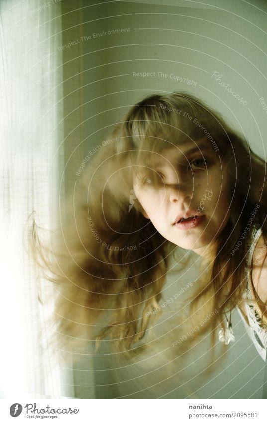 Junge Frau mit bewegtem Haar Lifestyle Stil Haare & Frisuren Haut Gesicht Raum Mensch feminin Jugendliche 1 18-30 Jahre Erwachsene Fenster brünett blond