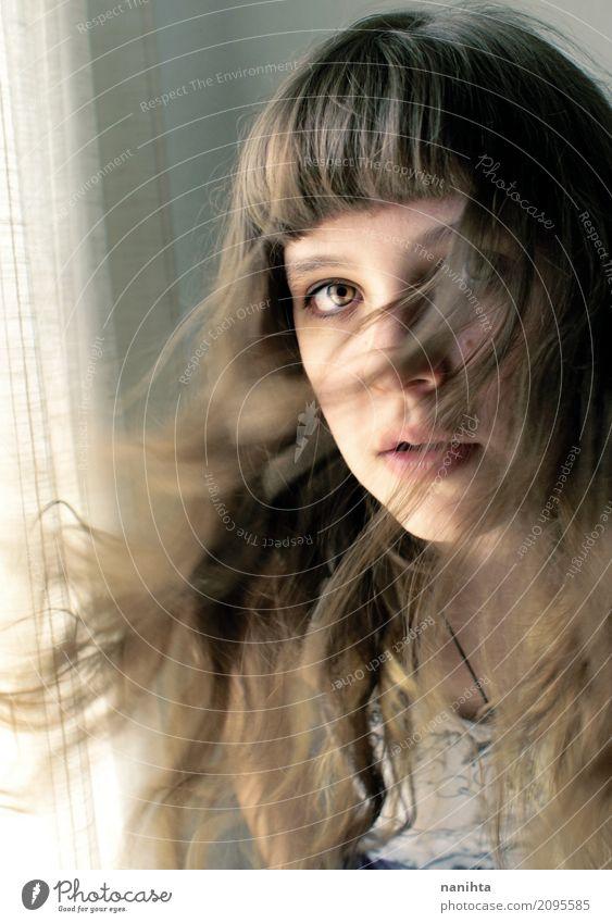 Portrait der jungen Frau mit dem durchbrennenhaar Stil schön Haare & Frisuren Haut Gesicht Sinnesorgane Gardine Fenster Mensch feminin Junge Frau Jugendliche 1