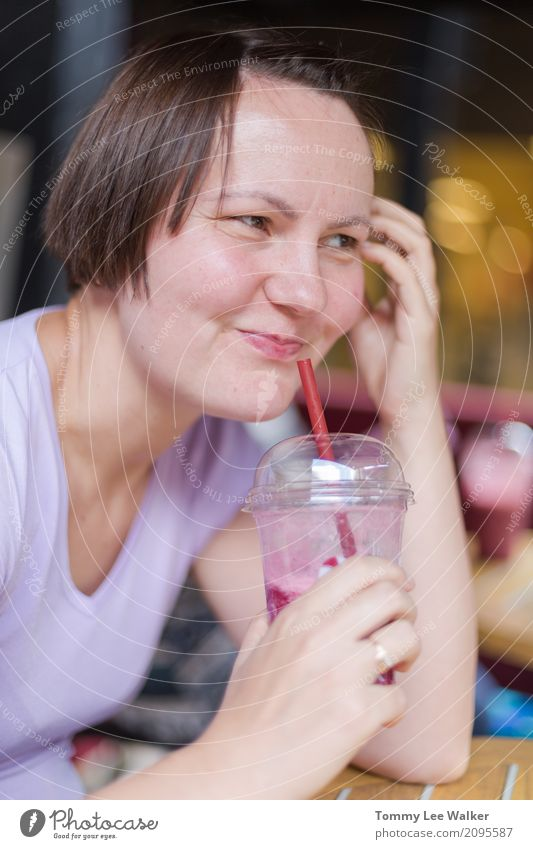 Junges Lächeln der erwachsenen Frau und lachender drinkinh kalter Schüttel-Apparat trinken Erfrischungsgetränk Kaffee Lifestyle Sommer Sitzung sprechen