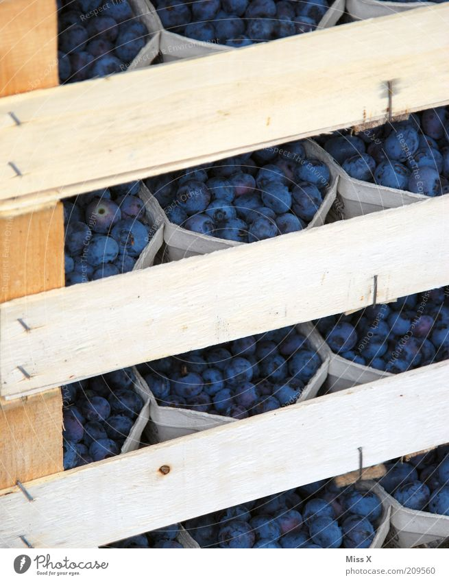 Palette blau Ernährung klein Lebensmittel Frucht geschlossen frisch süß lecker Holzbrett Bioprodukte Schalen & Schüsseln Beeren saftig Verpackung verpackt