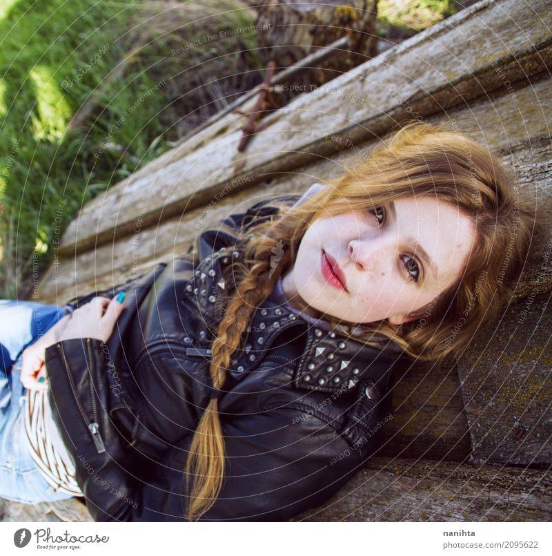 Junge moderne Frau, die auf einer alten hölzernen Tür liegt Lifestyle Stil Haare & Frisuren Wellness Wohlgefühl Erholung Mensch feminin Junger Mann Jugendliche