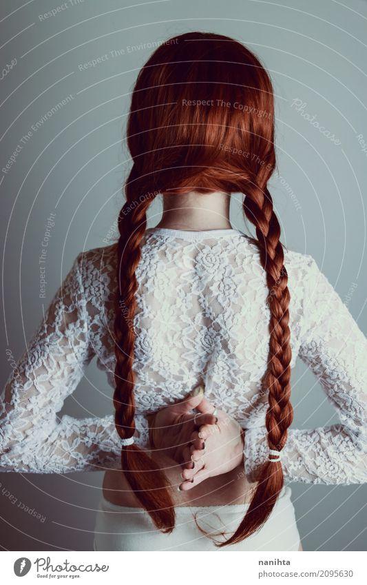 Hintere Ansicht einer jungen Frau mit Rothaarigeflechten Mensch Jugendliche Junge Frau schön weiß rot 18-30 Jahre Erwachsene Lifestyle feminin Stil Kunst