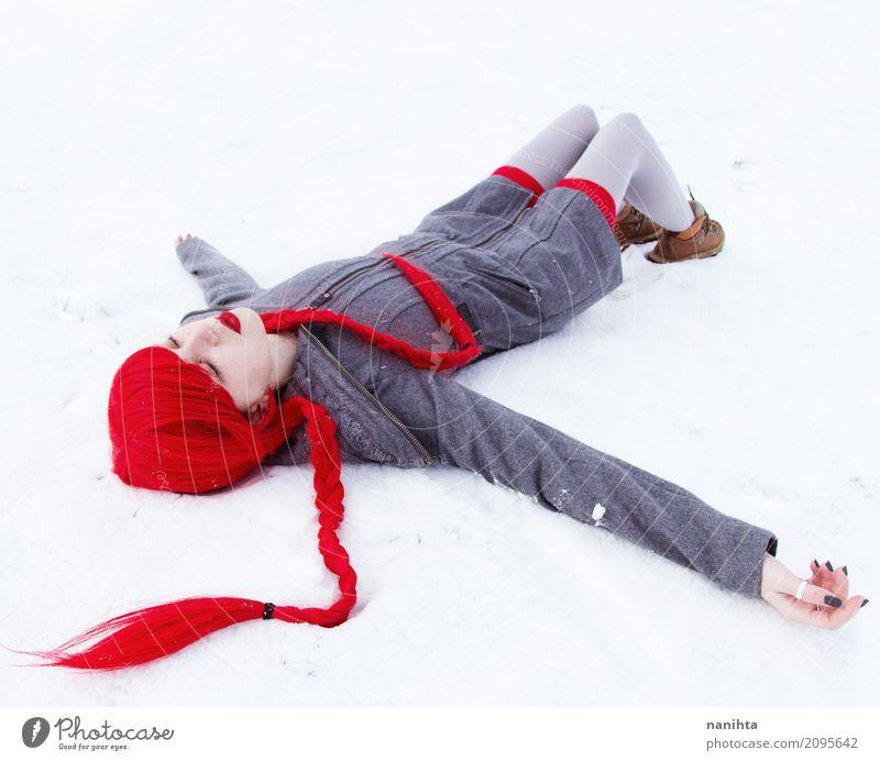 Junge Frau, die in Schnee fällt Mensch Jugendliche schön weiß rot Winter 18-30 Jahre Erwachsene kalt feminin Kunst außergewöhnlich grau Schneefall
