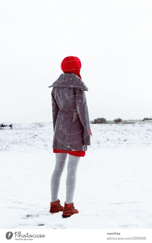 Hintere Ansicht einer Frau, die auf etwas an einem schneebedeckten Tag wartet Mensch Natur Jugendliche Junge Frau weiß Landschaft rot Einsamkeit Winter