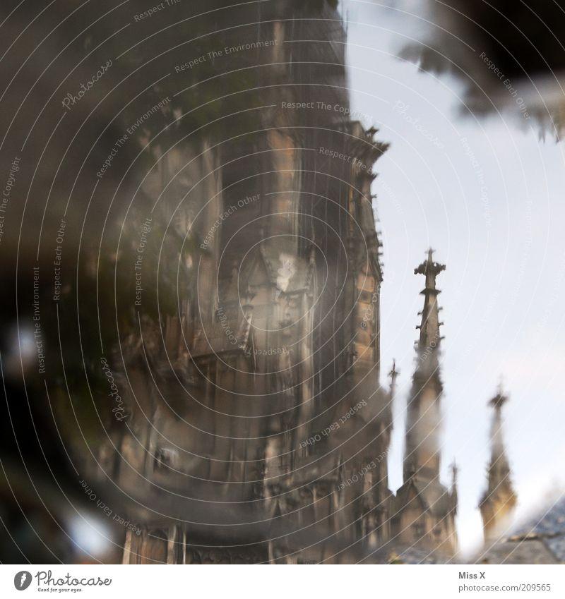 Ulmer Münster Wasser nass Tourismus Kirche Turm Wahrzeichen Dom Pfütze Spiegelbild Gotik Sightseeing Sehenswürdigkeit Architektur Unschärfe Städtereise