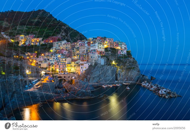 Manarola bei nacht Cinque Terre Ligurien Italien Meer Landschaft Küste Dorf Altstadt Architektur historisch la spezia Beleuchtung reisen panorama Europa