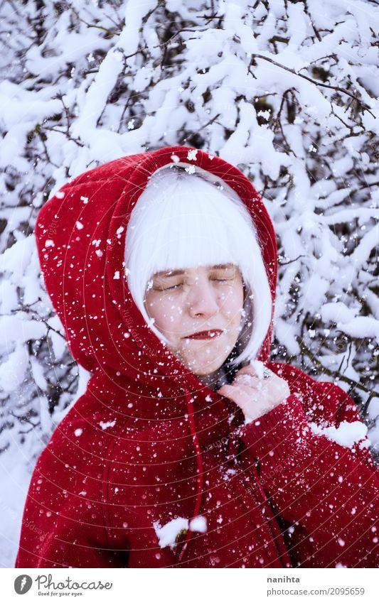 Junge Frau, die einen Schneekampf genießt Lifestyle Gesicht Ferien & Urlaub & Reisen Tourismus Abenteuer Winter Winterurlaub Mensch feminin Jugendliche 1