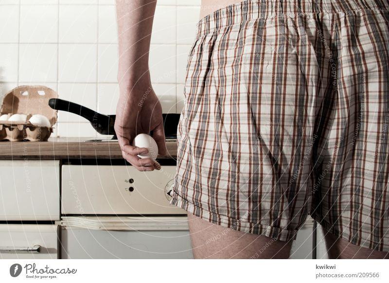 la nuit passée III Hand Junger Mann Essen Lebensmittel maskulin Ernährung Kochen & Garen & Backen Gesäß festhalten Falte Frühstück Ei gestreift Unterwäsche