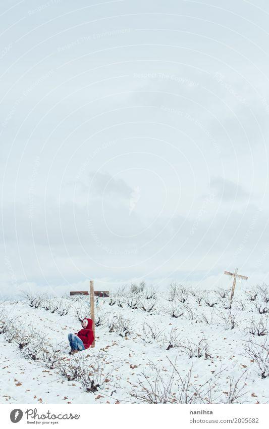 Junge Person allein in einem schneebedeckten Friedhof Mensch feminin Junge Frau Jugendliche 1 18-30 Jahre Erwachsene Umwelt Natur Landschaft Himmel