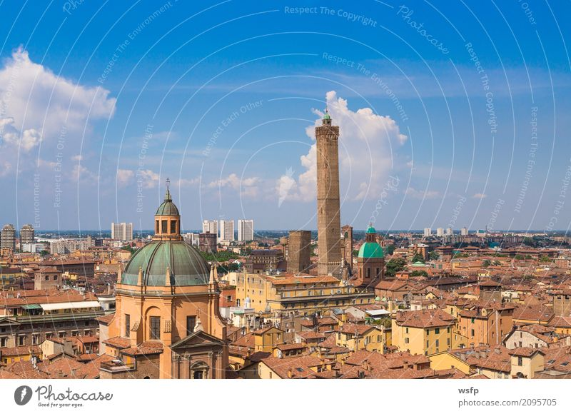Panorama von Bologna Emilia Romagna Italien Tourismus Stadt Turm Architektur Dach Sehenswürdigkeit historisch panorama zwei Garisenda asinelli Kuppeldach
