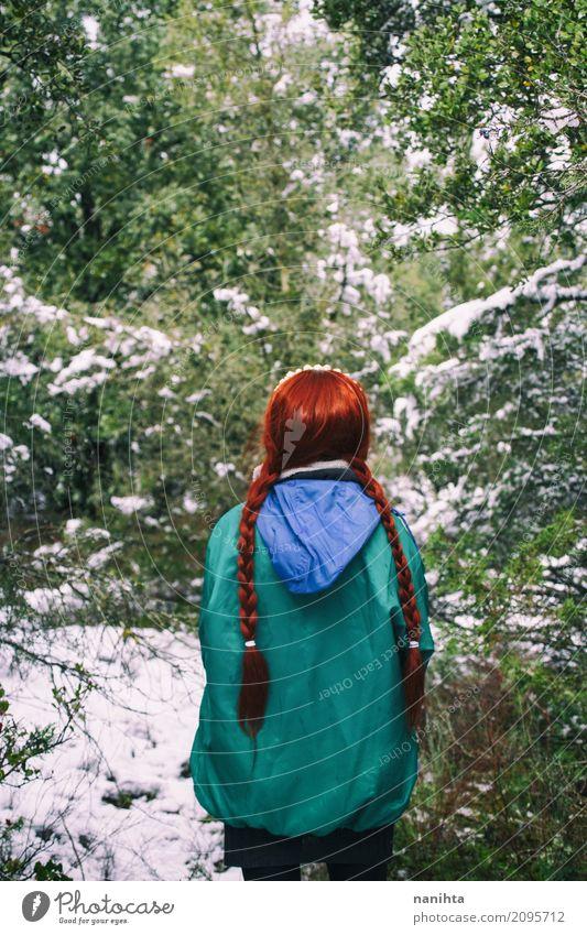 Mensch Natur Ferien & Urlaub & Reisen Jugendliche Junge Frau grün rot Einsamkeit Winter Wald 18-30 Jahre Erwachsene Umwelt Lifestyle natürlich Schnee