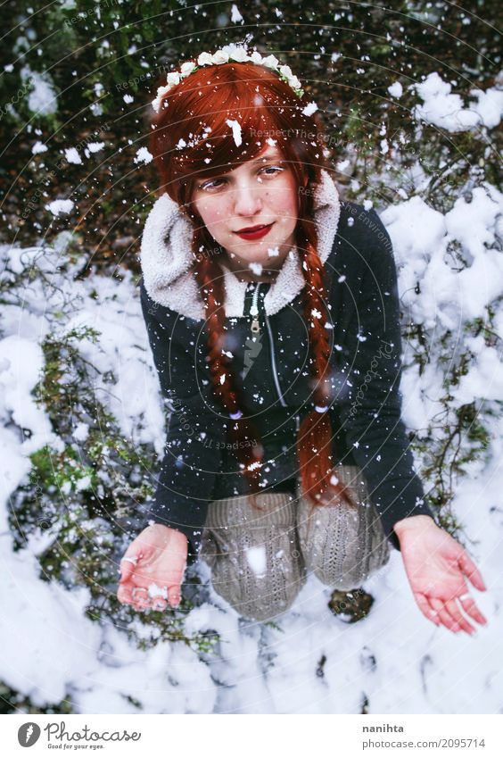 Mensch Natur Ferien & Urlaub & Reisen Jugendliche Weihnachten & Advent Junge Frau weiß rot Winter 18-30 Jahre schwarz Erwachsene Umwelt Leben kalt Lifestyle