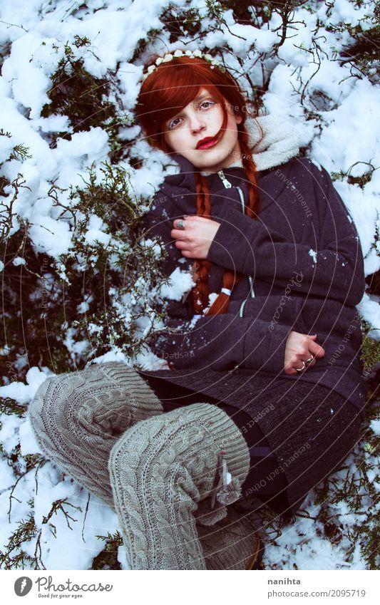 Junge Rothaarigefrau, die auf Schnee liegt Stil Mensch feminin Junge Frau Jugendliche 1 18-30 Jahre Erwachsene Natur Pflanze Winter Klima Wetter