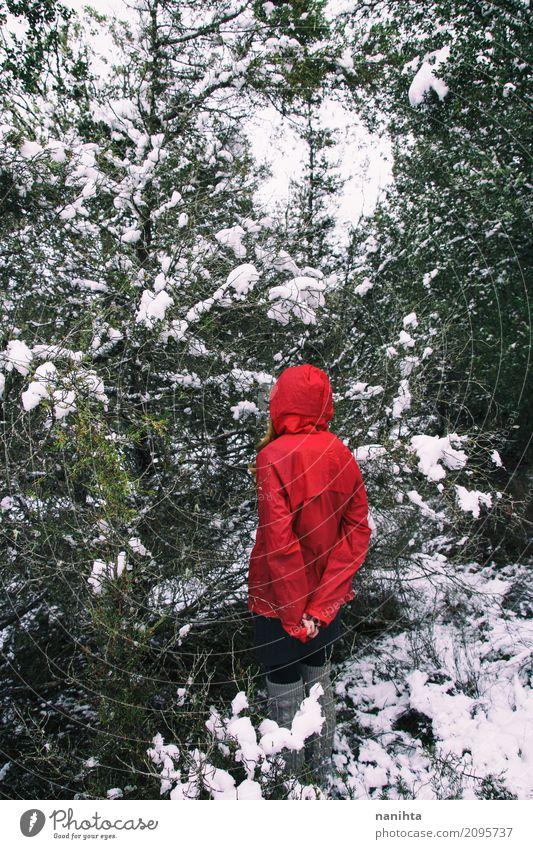 Mysteriöse Frau verloren in einem schneebedeckten Wald Mensch Natur Ferien & Urlaub & Reisen Jugendliche weiß Junger Mann Baum rot Einsamkeit Winter schwarz