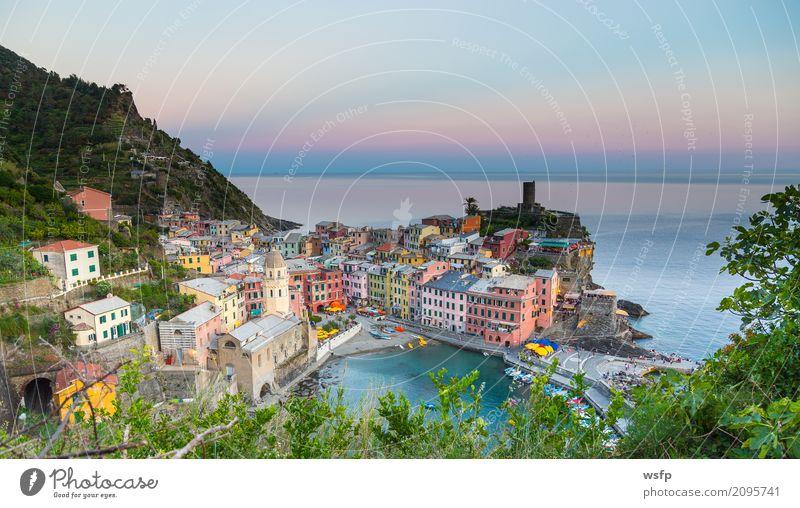 Vernazza bei Sonnenuntergang Cinque Terre Ligurien Italien Meer Landschaft Küste Dorf Altstadt Architektur historisch la spezia Beleuchtung reisen panorama